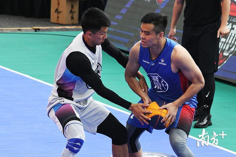 拥有黄文威、肖海亮两位金牌国手的东莞南城如愿进入男子组决赛,对手是韶关街头传奇队。图为黄文威(左)与对手拼抢。