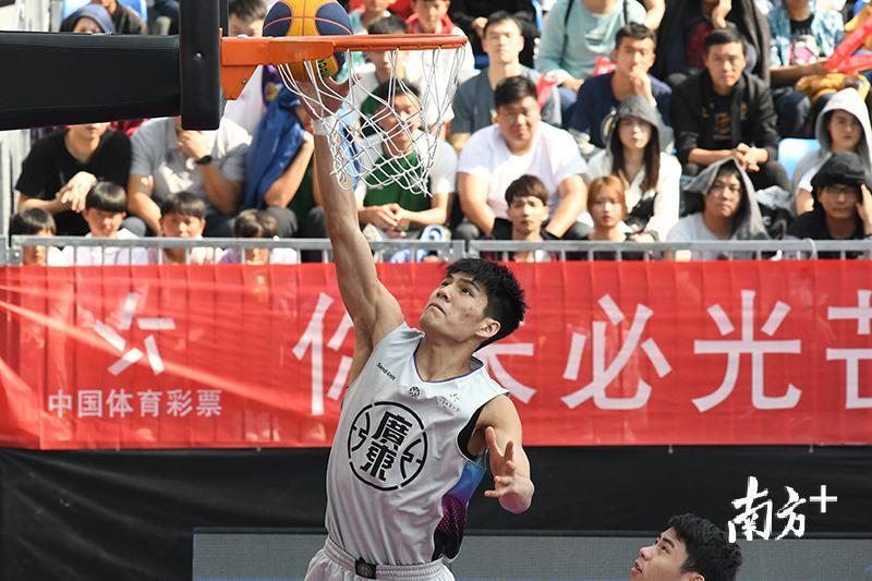 黄文威和肖海亮曾代表中国国家男子三人篮球队获得2018雅加达亚运会金牌,而且是铁打的主力球员。