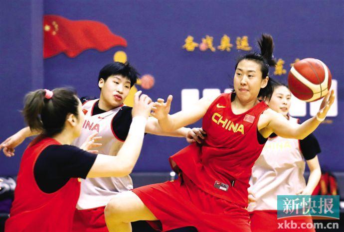 1月8日,中国队球员高颂(右二)在训练中进攻。新华社发