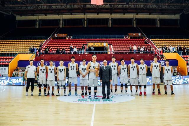 中国澳门篮球总会理事长胡松辉为冠军广东队颁奖