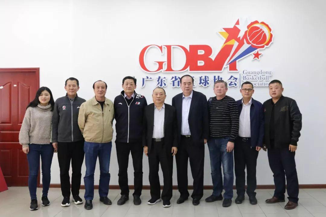 河南篮协代表团与广东篮协代表团会后合影