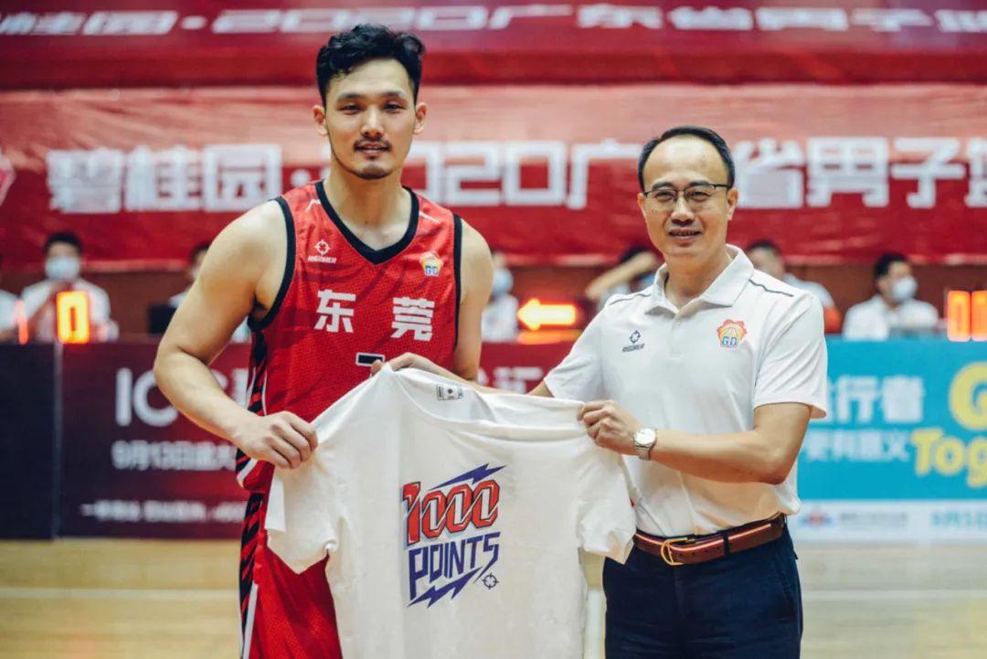广东省篮球协会裁委会主任陈新键教授为陈航颁发由准者体育提供的千分先生纪念T恤