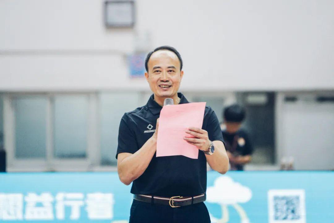 广东省篮球协会副秘书长、本届赛事八强赛阶段裁判长陈新键教授宣读比赛成绩